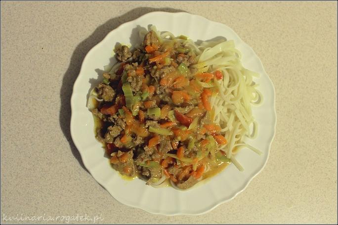 Czerwone curry z mielonym indykiem i warzywami