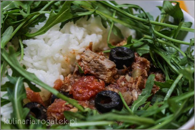 Tuńczyk w sosie pomidorowym z oliwkami i rukolą