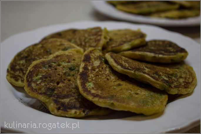 Wegańskie placuszki kukurydziane z zielonym groszkiem i chilli