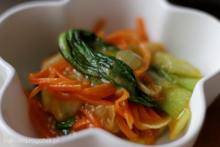 Sałatka na ciepło z kapusty chińskiej i marchewki
